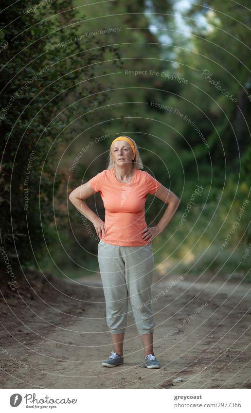 Nach einem Joggen Sport Mensch feminin Frau Erwachsene Weiblicher Senior 1 45-60 Jahre Park Fitness rennen Müdigkeit mittleren Alters Kaukasier Atem