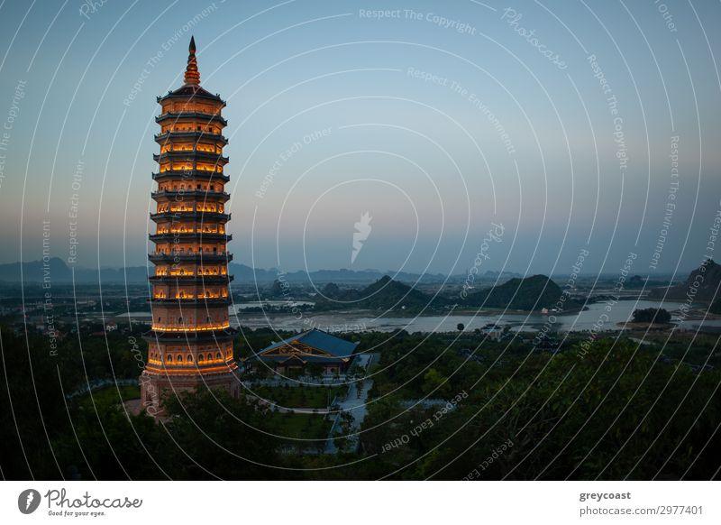 Abendansicht der Bai Dinh Pagode in Ninh Binh, Vietnam exotisch Ferien & Urlaub & Reisen Tourismus Sightseeing Kultur Landschaft Himmel Hügel Gebäude