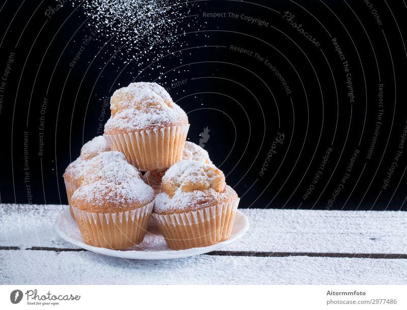 Zucker auf Cupcakes gießen Kuchen Dessert Frühstück Teller Tisch Feste & Feiern Geburtstag Menschengruppe Papier Holz frisch klein lecker braun rot gebastelt