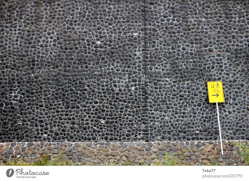Beschilderung Menschenleer Haus Architektur Mauer Wand Stein Beton Schilder & Markierungen Hinweisschild Warnschild ästhetisch Gedeckte Farben Außenaufnahme