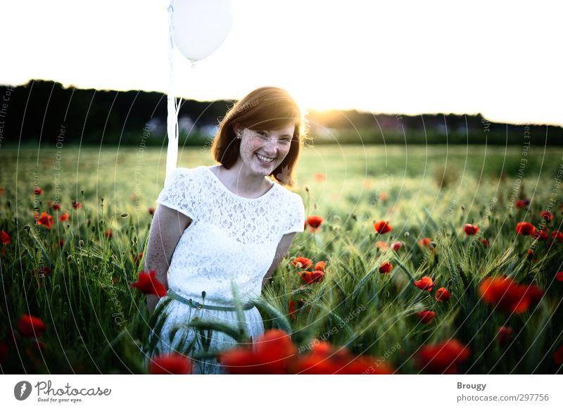 Strahlende Freude in rotem Mohn Ausflug Sommer feminin Jugendkultur Natur Landschaft Schönes Wetter Blüte Luftballon lachen träumen ästhetisch Fröhlichkeit