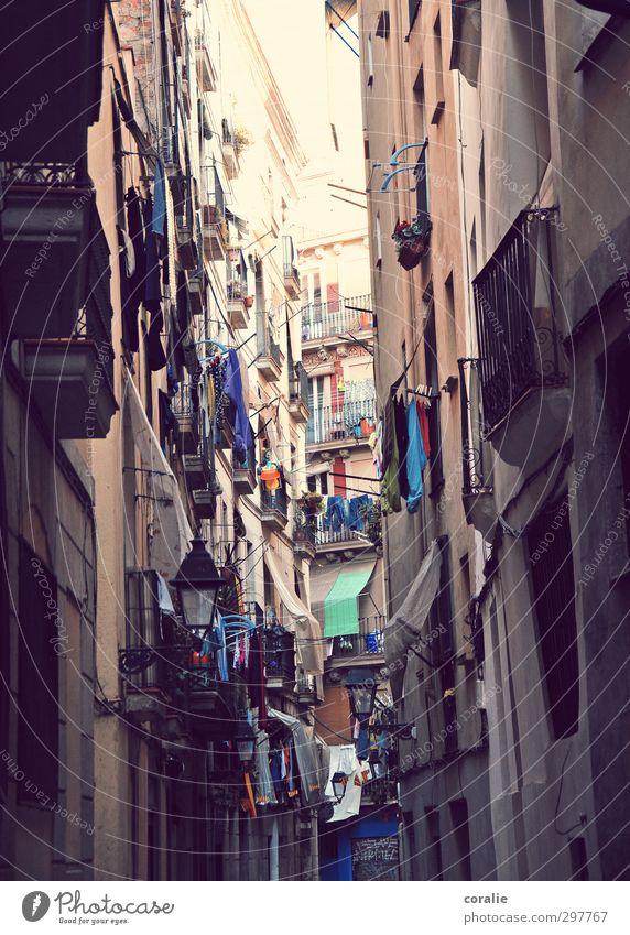 Barcelona Stadt Haus Fenster Wand Mauer Zusammensein Fassade hoch Hochhaus verrückt Unendlichkeit Laterne Balkon Stadtzentrum Wäsche Spanien