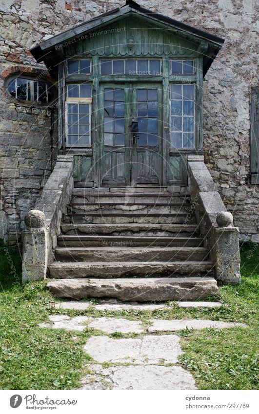 Einladend Stadt Einsamkeit Wand Wege & Pfade Architektur Mauer Tür Treppe Häusliches Leben Idylle ästhetisch Abenteuer Vergänglichkeit Ziel geheimnisvoll