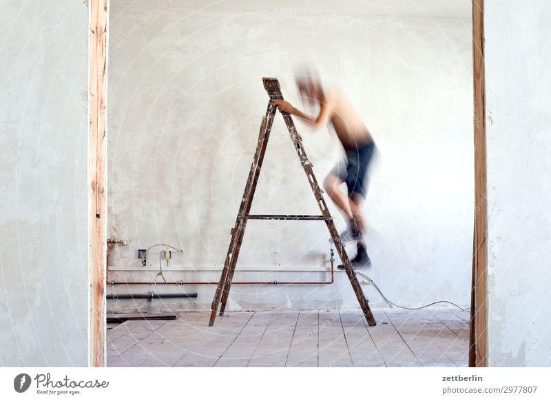 4998 Mensch Mann Wand Mauer Häusliches Leben Wohnung Raum Tür stehen Baustelle Klettern Karriere Leiter Renovieren Altbau aufsteigen