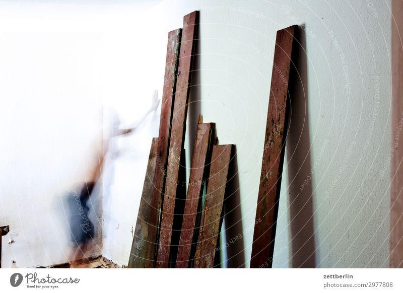 Dielen Mensch Mann Holz Innenarchitektur Wand Textfreiraum Mauer Häusliches Leben Wohnung Raum Baustelle Bodenbelag Holzbrett Handwerk Renovieren Altbau