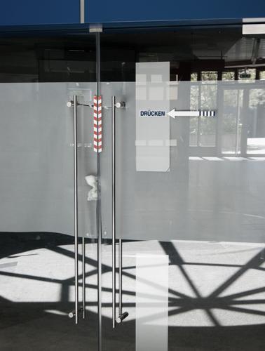 Passage Einkaufspassage Ladengeschäft Bäckerei Glastür Eingang Griff Metall Zeichen Schriftzeichen Pfeil Stadt Farbfoto Gedeckte Farben Außenaufnahme