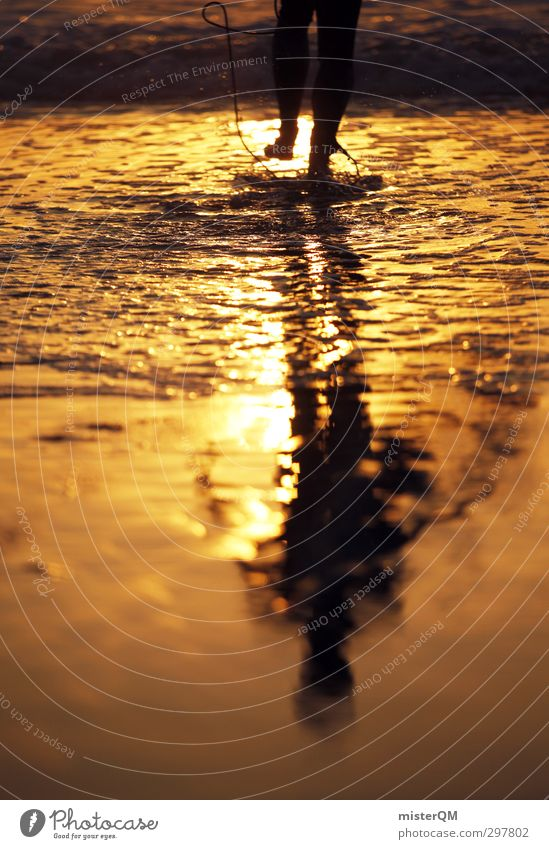 Golden Man. Kunst ästhetisch Zufriedenheit Meerwasser Wasser Surfer Surfen Surfbrett Surfschule Sommerurlaub Mittelmeer gold Romantik Fuß Beginn