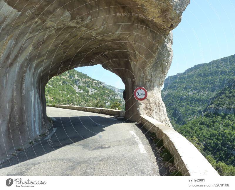 on the road again   Engstelle... Berge u. Gebirge Straße natürlich Wege & Pfade Felsen Verkehr rund Platzangst tief Verkehrswege Loch Kurve Tunnel