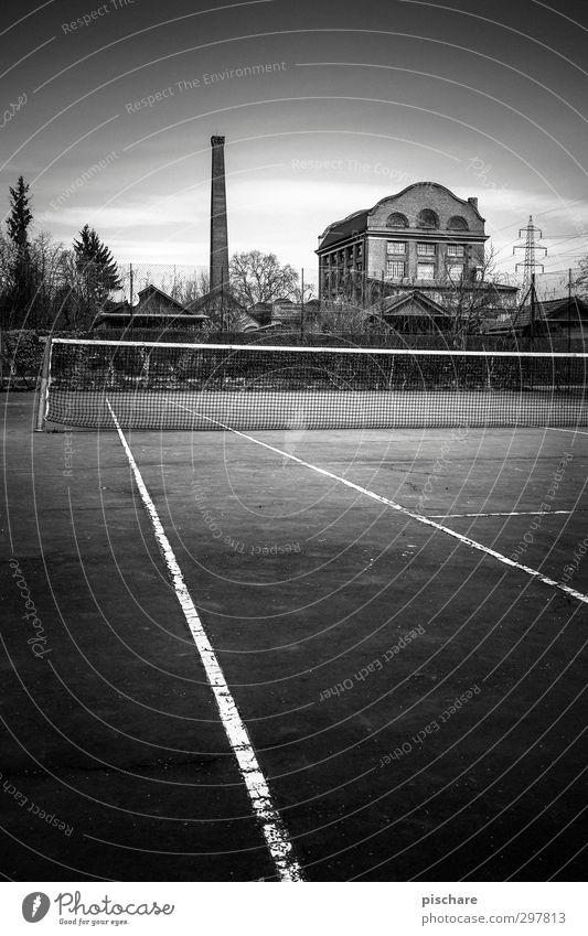 Second Service Lifestyle Freizeit & Hobby Sportstätten Industrieanlage Fabrik dunkel Stadt bizarr Tennisnetz Tennisplatz Hochspannungsleitung Schwarzweißfoto