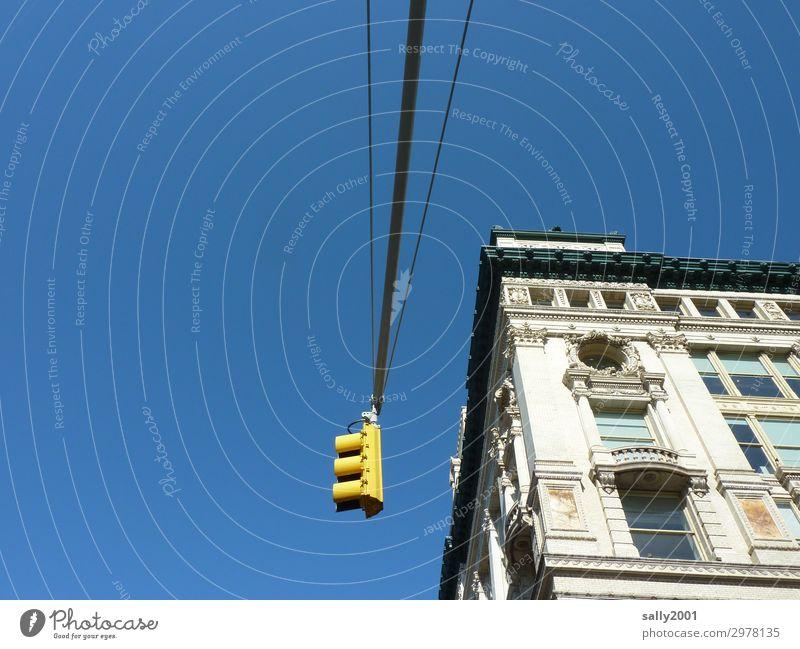 Verkehrsregelung... Ampel gelb New York City USA Amerika Haus Froschperspektive Sonnenlicht Textfreiraum links Außenaufnahme Menschenleer Straßenkreuzung
