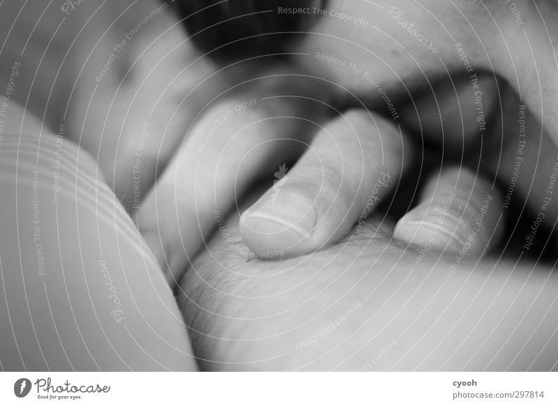someone you love. Mensch Jugendliche schön Hand Einsamkeit ruhig Erholung Gesicht dunkel Auge Junger Mann Wärme Traurigkeit träumen liegen Haut