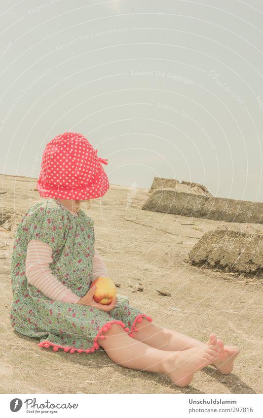 Hier sitz ich und hab's schön! Mensch Kind grün Sommer rot Mädchen ruhig Erholung Umwelt gelb Glück Gesunde Ernährung Stein Essen natürlich Kindheit