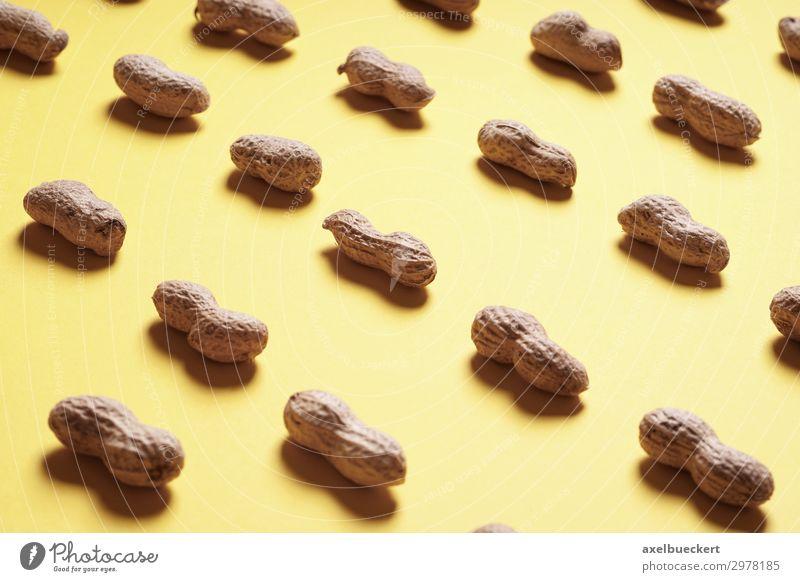 Erdnuss Arrangement auf gelbem Hintergrund Lebensmittel Ernährung Design Gesunde Ernährung arrangiert Vitamin Snack Protein Hintergrundbild Stillleben Nuss