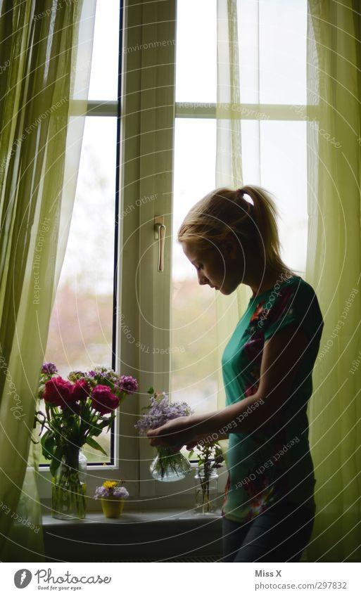 Zum Muttertag Mensch Frau Jugendliche schön Blume Erwachsene Fenster Gefühle Frühling 18-30 Jahre Blüte Stimmung blond Dekoration & Verzierung Romantik Blühend