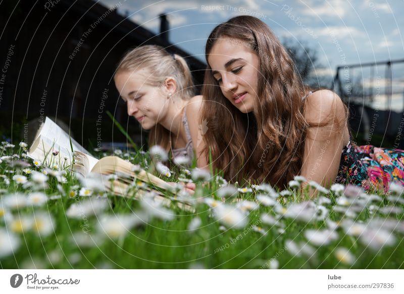 Lesen im grünen Gras Zufriedenheit lesen Bildung lernen Mensch feminin Mädchen Geschwister Jugendliche 2 13-18 Jahre Kind Buch Wiese langhaarig schön buch lesen