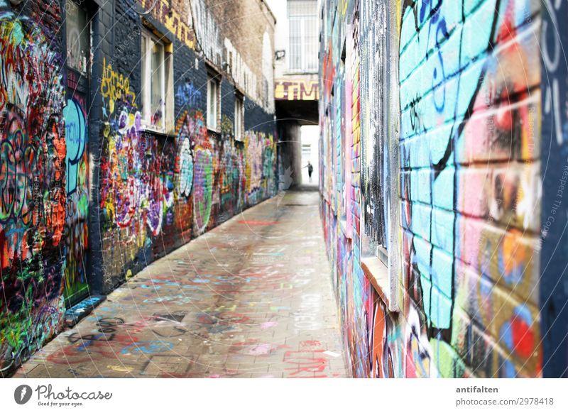 ganz schön bunt hier Mensch Ferien & Urlaub & Reisen Stadt Freude Lifestyle Graffiti Wand Wege & Pfade Stil Gebäude Kunst Tourismus Mauer Fassade Ausflug Europa