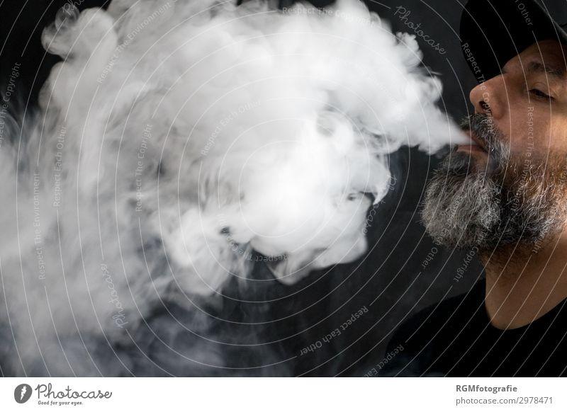 bearded man with a black cap vaping with a lot of smoke Lifestyle Rauschmittel Technik & Technologie maskulin Mann Erwachsene Bart 30-45 Jahre Nebel grauhaarig