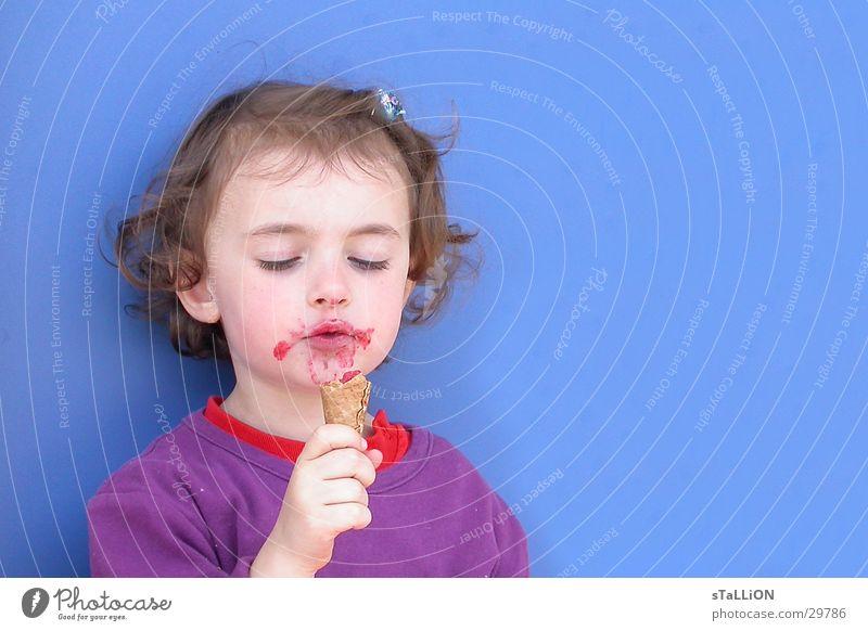 l'enfant Kind Mädchen lecker süß blau Eis Schlamm genießen