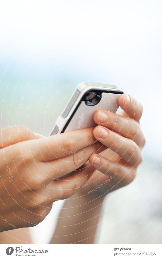 Nahaufnahme einer Frau mit Handy im Freien. Mit Smartphone zum Chatten, Surfen im Netz und Social Media Telefon PDA Internet Mensch feminin Erwachsene Finger