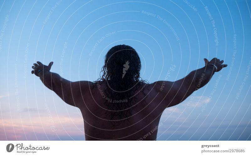 Ein Magier bei der Arbeit sprechen Mensch maskulin Mann Erwachsene Männlicher Senior 1 45-60 Jahre Natur Himmel Wolkenloser Himmel beobachten Blick