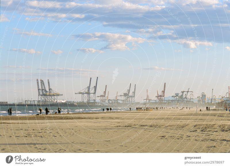 Valencia Strand und Industriehafen, Spanien Meer Himmel Wellen Küste Binnenschifffahrt Hafen Container maritim Großstadt Menschen Aktion Portwein Kranich