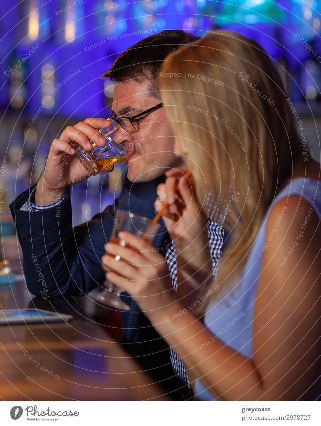 Junge Leute, die in der Bar trinken. Getränk Alkohol Erholung Nachtleben Restaurant Club Disco Mensch maskulin feminin Junge Frau Jugendliche Erwachsene Mann