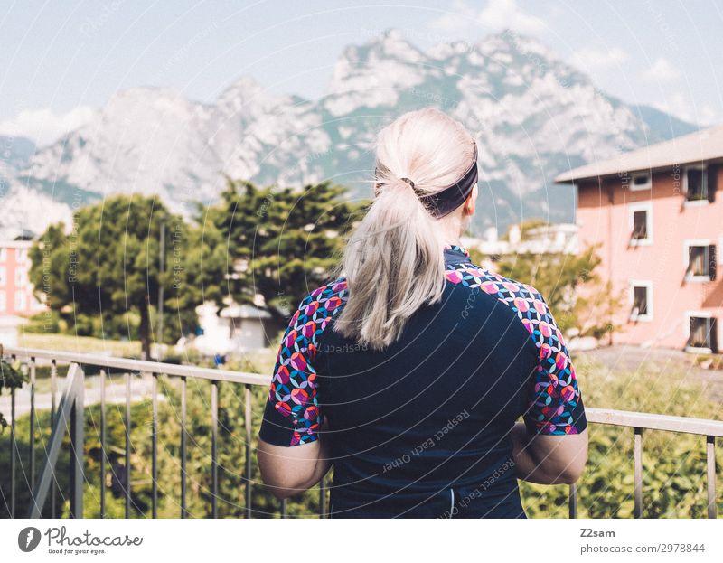 Radfahrerin Lifestyle Freizeit & Hobby Ferien & Urlaub & Reisen Sommer Berge u. Gebirge Fahrradfahren Junge Frau Jugendliche 18-30 Jahre Erwachsene Natur