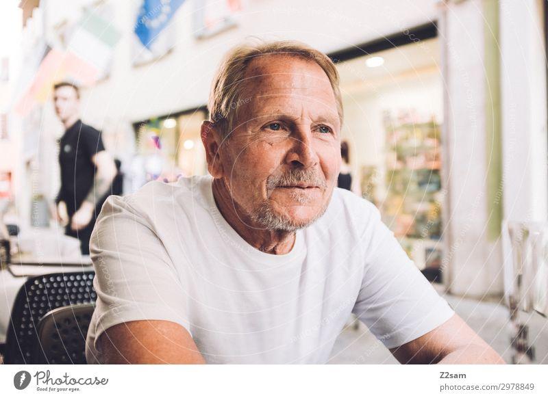 Im italienischen Straßencafe Lifestyle Freizeit & Hobby Ferien & Urlaub & Reisen Männlicher Senior Mann 60 und älter Dorf Stadt T-Shirt blond Bart Erholung