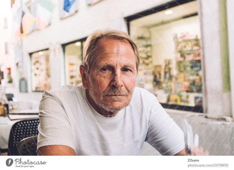 Sportlicher Rentner im italienischen Café Lifestyle Freizeit & Hobby Ferien & Urlaub & Reisen Männlicher Senior Mann 60 und älter Dorf Stadt blond Bart