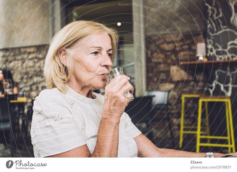 Dame im italienischen Straßencafe Lifestyle Ferien & Urlaub & Reisen Weiblicher Senior Frau 45-60 Jahre Erwachsene 60 und älter Stadt Bluse blond langhaarig