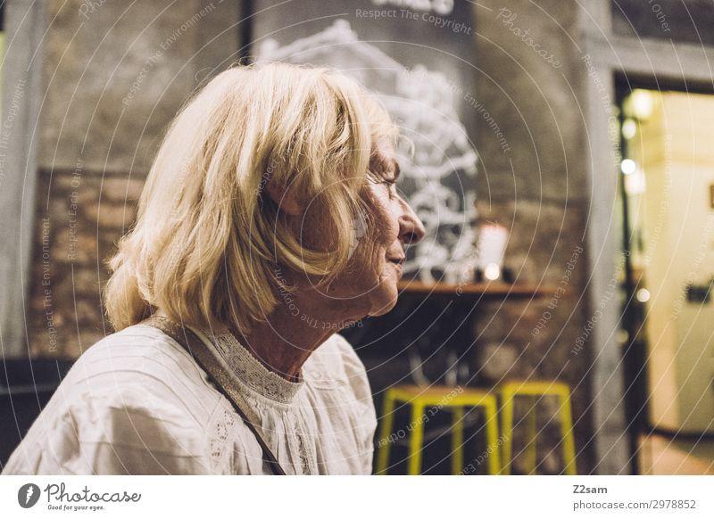 Dame in einem italienischem Cafe Lifestyle Ferien & Urlaub & Reisen Weiblicher Senior Frau 60 und älter Stadt Hafenstadt blond langhaarig beobachten Erholung