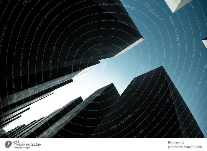 #297888 Himmel Wolkenloser Himmel Bauwerk Mauer Wand Stein Beton ästhetisch außergewöhnlich bedrohlich eckig groß hoch modern trist blau grau Trauer Angst