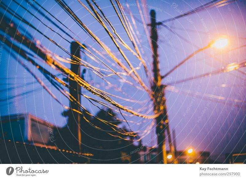 ° Häusliches Leben Wohnung Kabel Laterne Telekommunikation Internet Energiewirtschaft Energiekrise Regen Rio de Janeiro Brasilien Südamerika Stadtrand