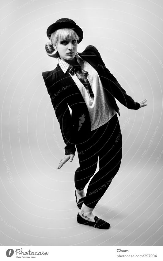 charlie Lifestyle elegant Stil feminin Junge Frau Jugendliche 18-30 Jahre Erwachsene Tanzen Mode Jacke Accessoire Schal Hut blond langhaarig stehen retro schön