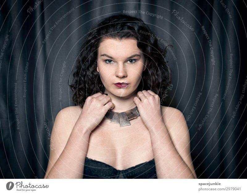 Proud Frau Mensch Jugendliche Junge Frau blau schön Erotik schwarz 18-30 Jahre Erwachsene Traurigkeit feminin Mode träumen elegant Kraft