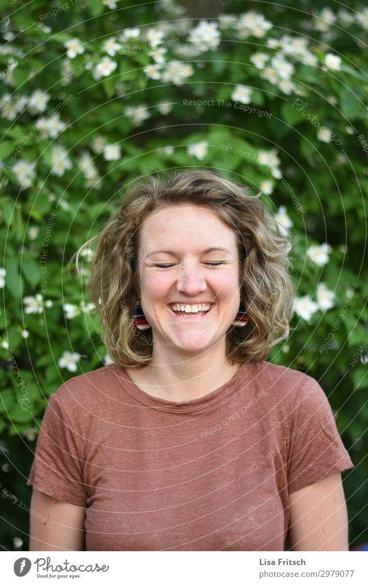 blühendes Leben, lachen, Freude schön feminin Frau Erwachsene 1 Mensch 18-30 Jahre Jugendliche Blume Sträucher Garten T-Shirt blond kurzhaarig Locken genießen