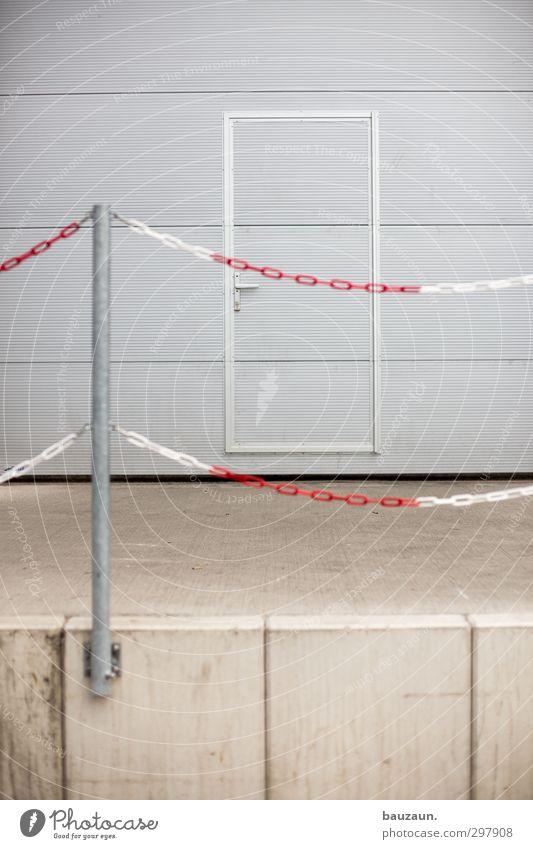 versperrt. weiß rot Wege & Pfade grau Stein Metall Linie Büro Fassade Tür warten Beton Industrie Schutz Kunststoff Güterverkehr & Logistik