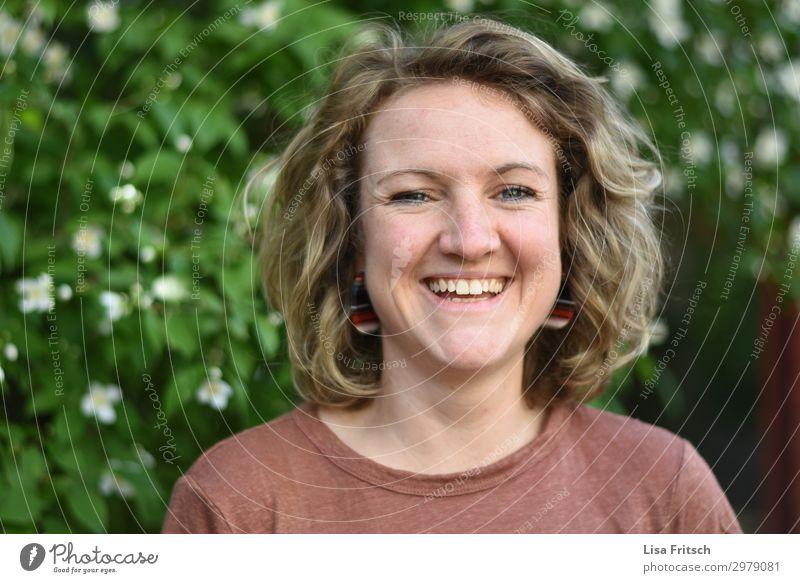 lächelnde Frau, Locken, blond schön Gesundheit Ferien & Urlaub & Reisen Erwachsene 1 Mensch 18-30 Jahre Jugendliche Sträucher Blüte Ohrringe kurzhaarig lachen