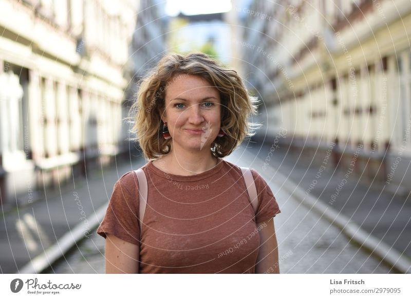 Frau, kurzhaarig, grinsen, Passage Tourismus Städtereise Erwachsene 1 Mensch 18-30 Jahre Jugendliche Schönes Wetter Hamburg Haus Gasse T-Shirt blond Locken