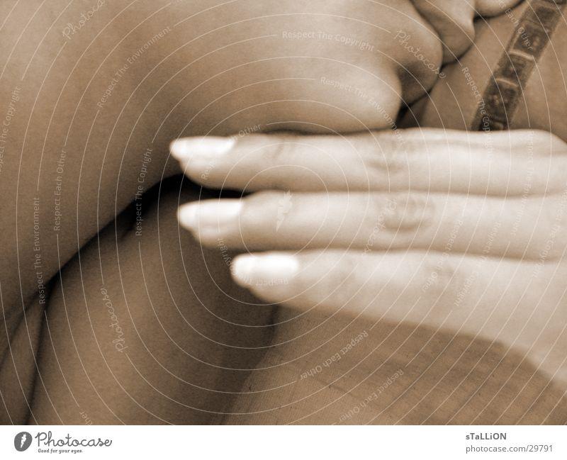 schönheitsschlaf Frau Hand Finger schlafen Bett Nagel braun-weiss