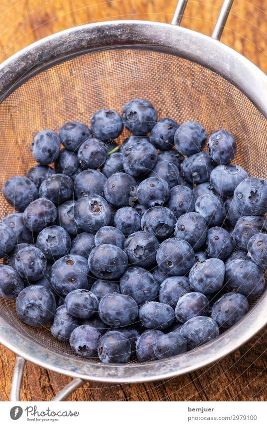 Captain Blaubeere Lebensmittel Frucht Dessert Ernährung Vegetarische Ernährung Saft Natur Sieb Holz frisch viele blau Blaubeeren süß gesund Beeren reif