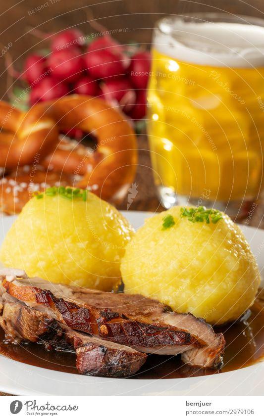 Leibspeise Fleisch Mittagessen Abendessen Getränk Bier Teller Becher Stil Holz authentisch frisch lecker rot Schweinebraten Schweinefleisch bayerisch deutsch