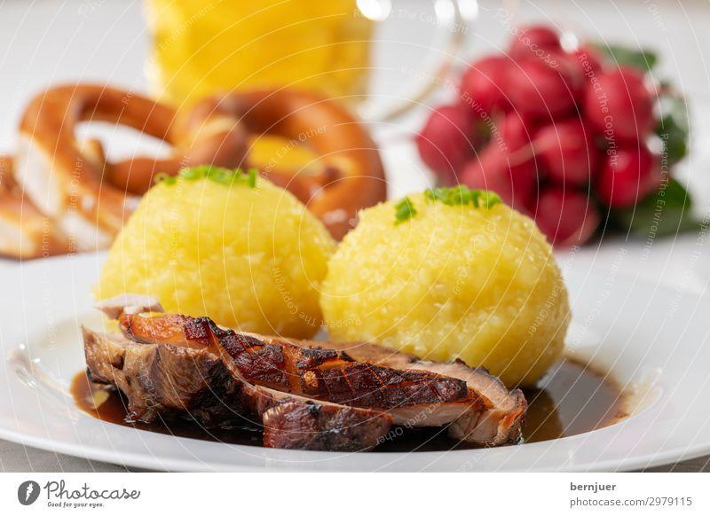 Schweinzi Fleisch Mittagessen Abendessen Getränk Bier Teller Becher Stil Holz authentisch frisch lecker rot Schweinebraten Schweinefleisch bayerisch deutsch