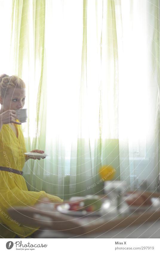 Neugier Lebensmittel Frühstück Kaffeetrinken Heißgetränk Häusliches Leben Mensch feminin Frau Erwachsene 1 18-30 Jahre Jugendliche Fenster Kleid blond sitzen