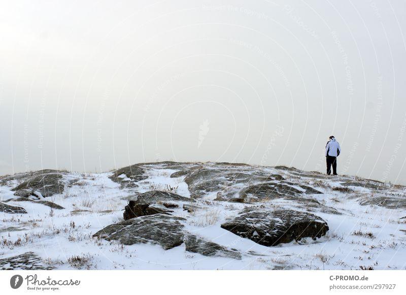 Was für ein Ausblick Mensch maskulin Junger Mann Jugendliche Erwachsene 1 18-30 Jahre Landschaft Winter schlechtes Wetter Felsen Gipfel Ostsee Denken stehen