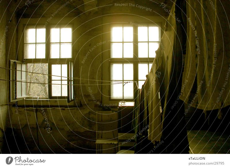 waschtag Fenster Raum offen Häusliches Leben schäbig Wäsche waschen trocknen Wäscheleine lüften verwohnt Sprossenfenster
