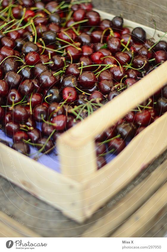 Wochenmarkt Lebensmittel Frucht Ernährung Bioprodukte Sommer lecker saftig süß rot Kirsche Obstkiste Obstverkäufer Ernte Obstbau Gesunde Ernährung Farbfoto