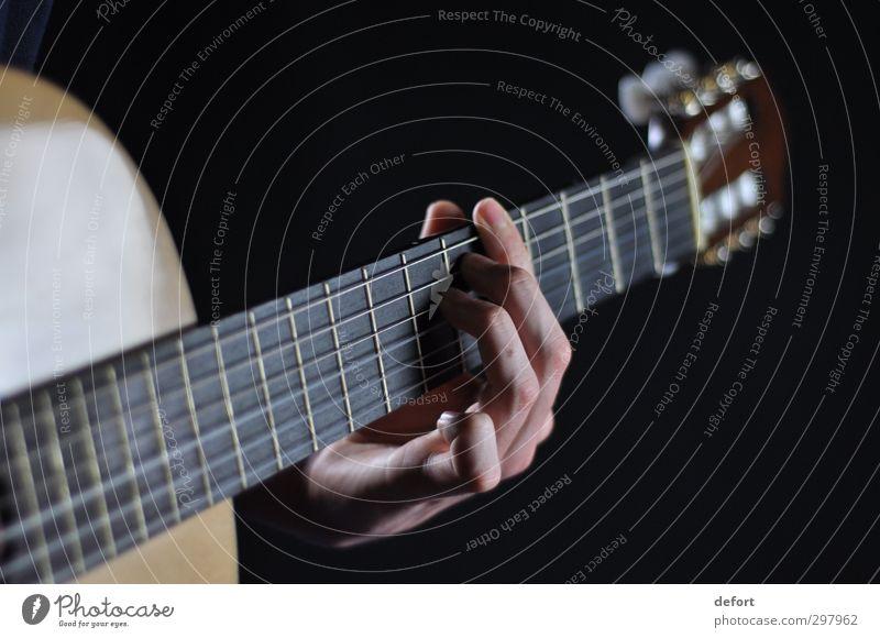Gitarre Mensch Hand Kunst Künstler Veranstaltung Musik Konzert Musiker Freude Farbfoto Innenaufnahme Studioaufnahme Nahaufnahme Detailaufnahme Unschärfe