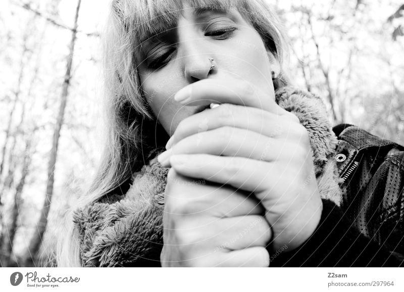 laster Jugendliche schön Blume ruhig Junge Frau Wald Erwachsene feminin 18-30 Jahre Gesundheit natürlich blond authentisch Lifestyle Sträucher festhalten