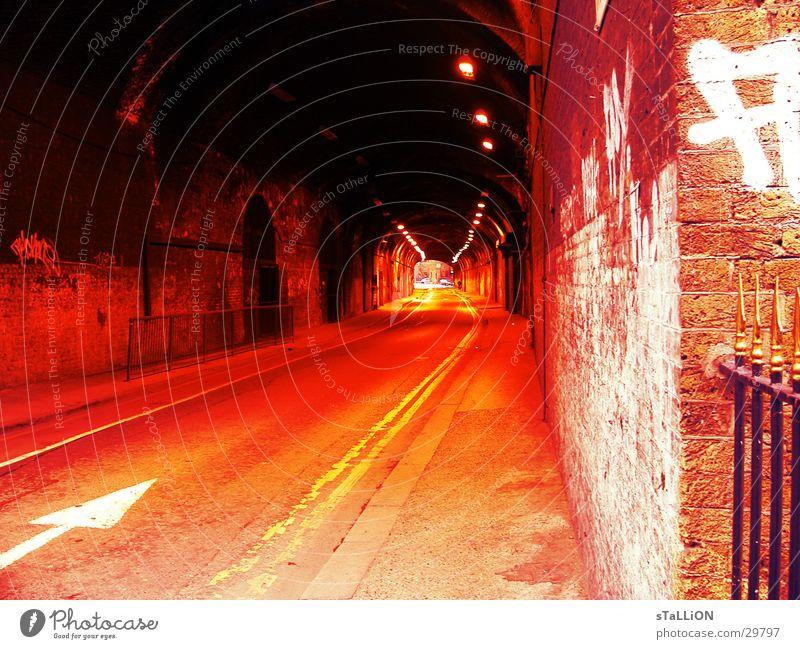 Tunnelblick rot Straße orange Verkehr leer Pfeil London